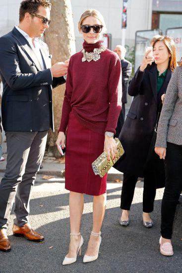 Penggunaan aksesori : beg tangan 'clutch' dan fesyen rantai yang berpadanan dalam kemasan gold