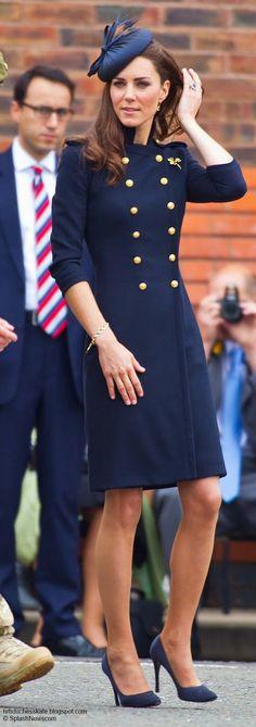 Salah satu gaya yang sangat bijak bila anda berbadan ruler - Kate mengenakan double breasted style coat dress. Gaya sebegini secara ilusinya memberikan visual anda kelihatan sedikit 'berisi' dari biasa. Bijak!