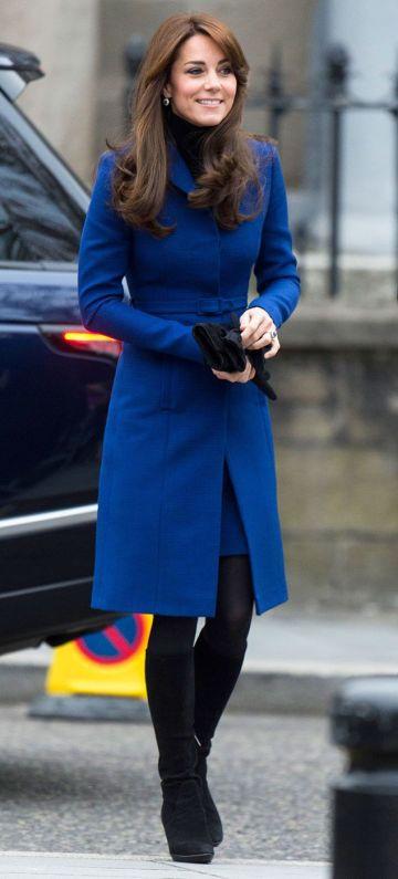 Kate Middleton mengenakan 'coat dress' besertakan tali pinggang bagi menampakkan ilusi pinggangnya yang ramping